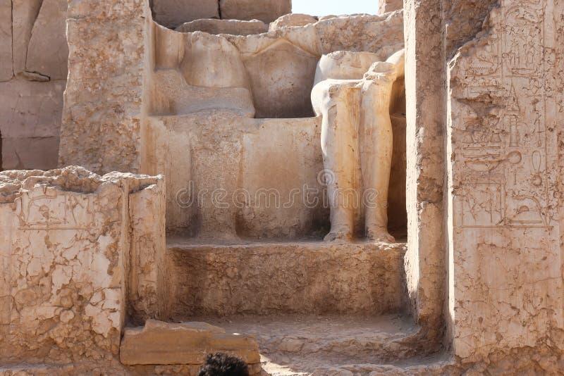 Królewiątka i królowej statuy antyczni antyki przy Karnak świątynią fotografia stock