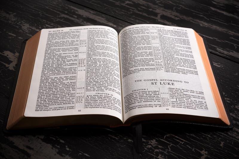 Królewiątka James biblia otwarta początek nowy testament zdjęcia royalty free