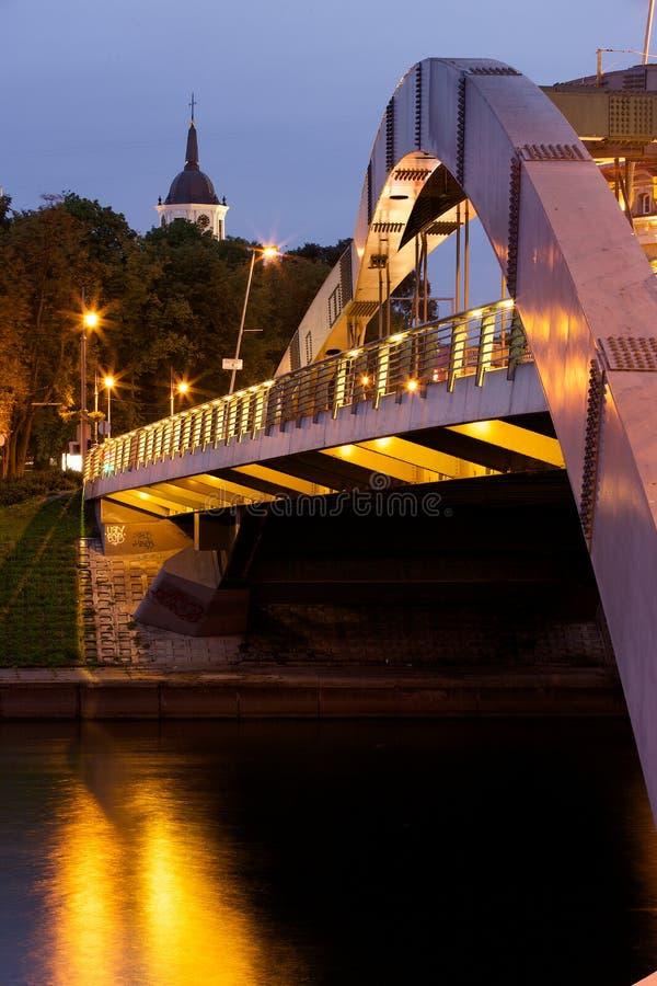 Królewiątka Mindaugas most przy nocą obrazy stock