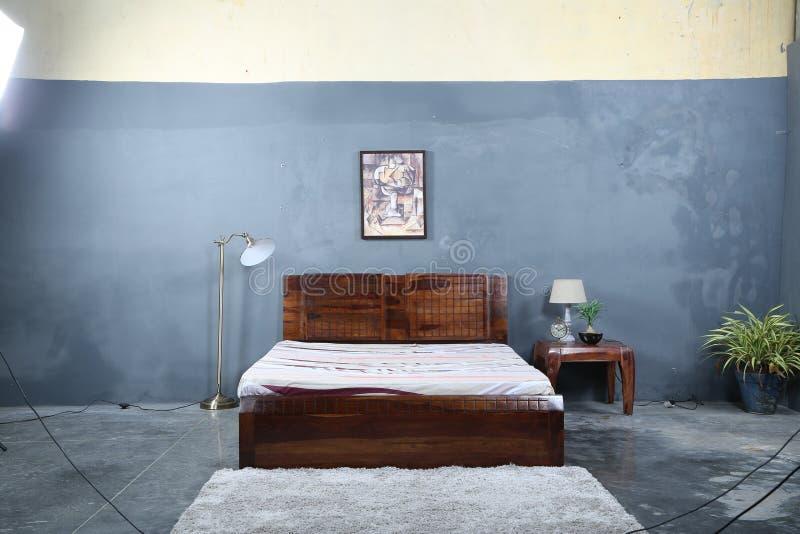 Królewiątka wielkościowy łóżko z strona stołem obrazy royalty free