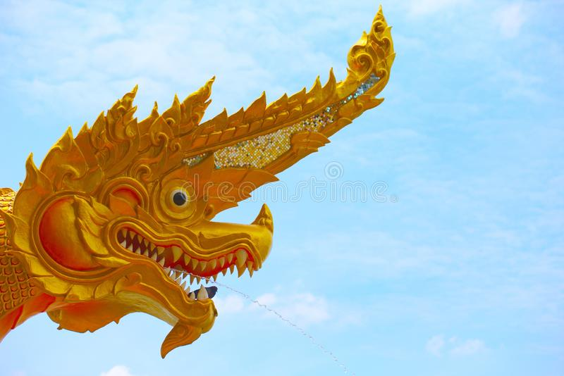 Królewiątko Naga spout woda od usta na nieba tle obraz stock