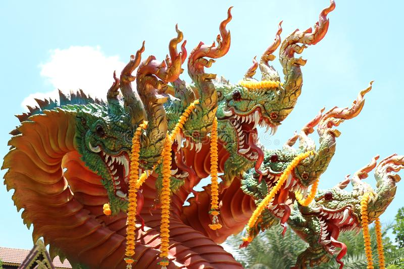 Królewiątko nagas lub węże, wąż statuy w Tajlandzkich świątyniach, nieba tło fotografia royalty free