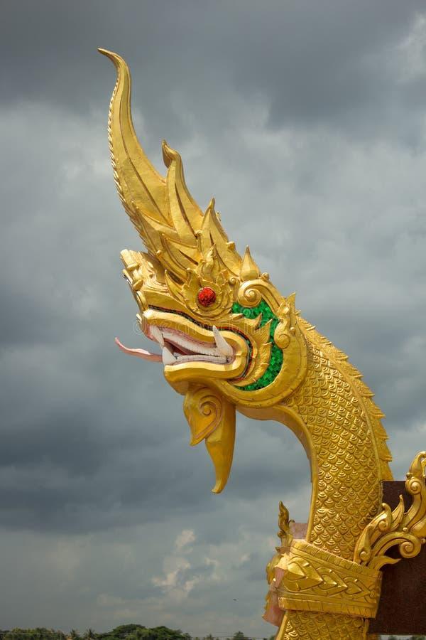 Królewiątko Nagas rzeźby Thailand slithering wzór na nieba backg fotografia stock