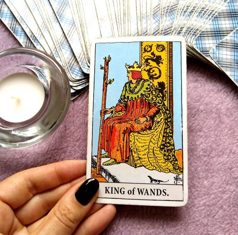 Królewiątko różdżki Tarot karty lidera władcy szefa Dynamicznego Potężnego Silnego dyrektora mentor wzorzec międzynarodowy Doświa obrazy stock