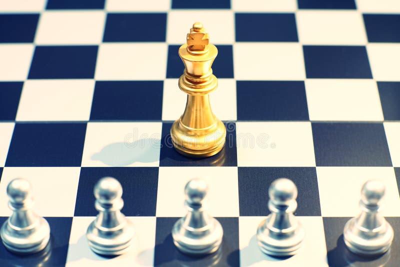 Królewiątko w szachowej gry bitwie chessboard, strategii biznesowej pojęcie, zdjęcie royalty free