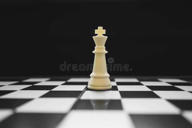 Królewiątko zwycięzca na szachowym gry planszowej, rywalizacji i strategii pojęciu, fotografia stock