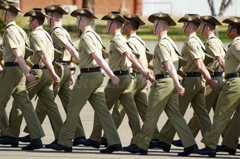 Królewscy Australijscy wojsko żołnierze maszeruje Anzac w formalnych mundurach paradują