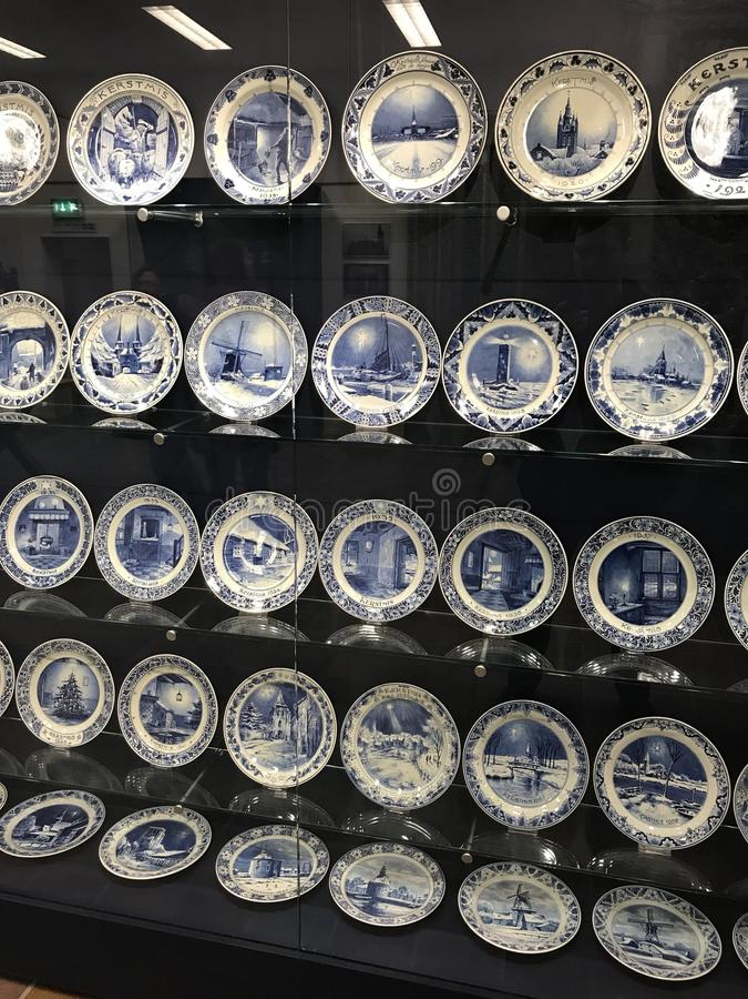 Królewscy Delft talerze na pokazie obrazy stock