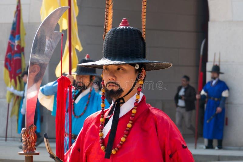 Królewscy strażnicy w tradycyjnej odzieży podczas przymknięcia Royal Palace bramy i otwarcia, zdjęcia stock