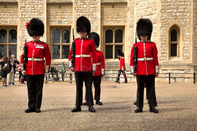 Królewscy strażnicy w wierza Londyn obraz royalty free
