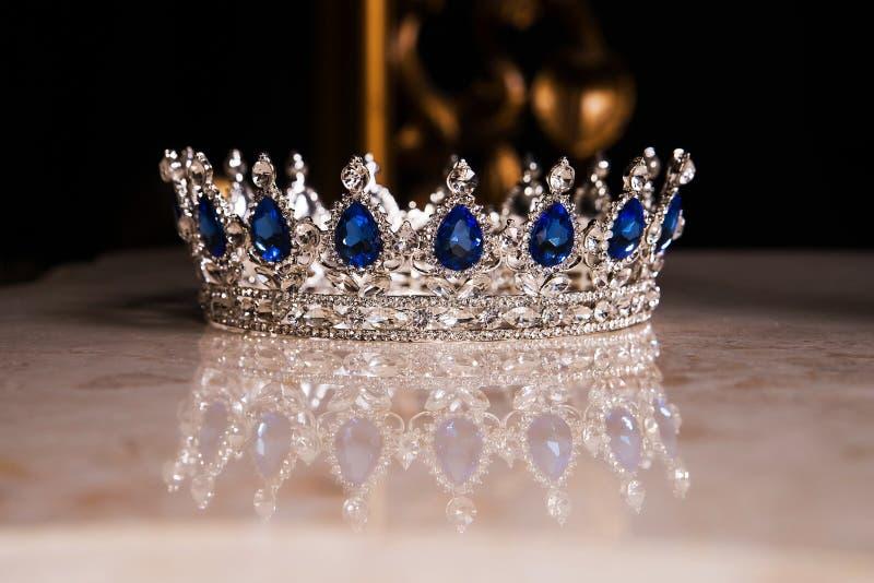 Królewska korona z szafirami, luksusowy retro styl fotografia stock