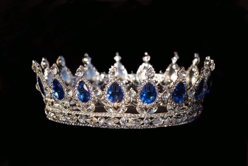 Królewska korona z szafirem na czarnym tle zdjęcie stock