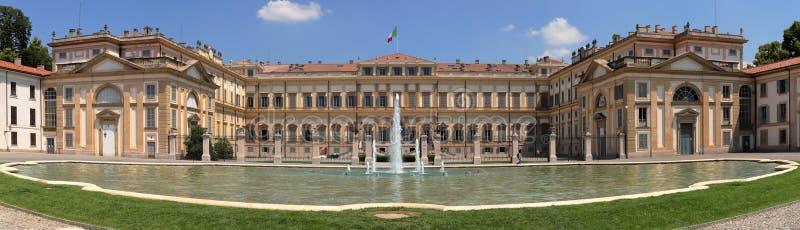 Królewska willa z fontanną i włoch zaznaczamy w Monza mieście w Italy obrazy royalty free