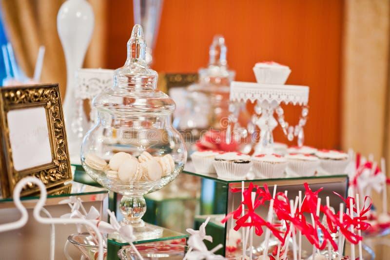 Królewski eleganci wesela stół z różnym cookery fo fotografia stock