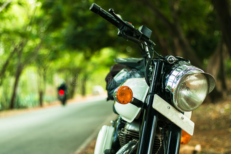 Królewski Enfiled Klasyczny rower dla indianina Roadtrip obraz stock