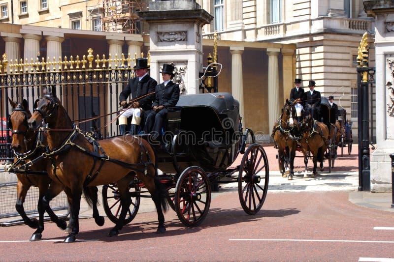 Królewski koński powozik przy królowej świętowania urodzinową próbą 2019 Pałac Buckingham, UK zdjęcie royalty free