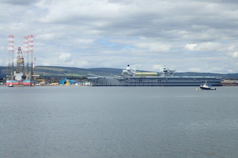 Królewski marynarki wojennej ` s nowy lotniskowiec, HMS królowa Elizabeth przy Invergordon, Cromarty Firth, Szkocja, UK Lipiec 20 zdjęcia stock