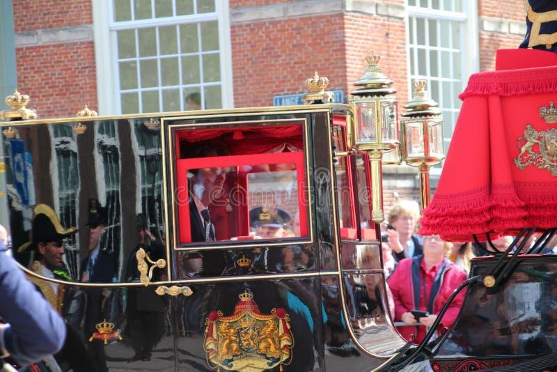 Królewski powozowy jeżdżenie na Lange Voorhout na książe dnia paradzie w Haga zdjęcie royalty free