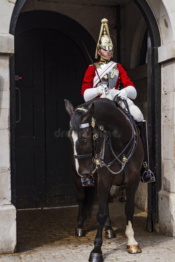 Królewski strażowy obsiadanie w końskim strzeżeniu drzwi fotografia royalty free