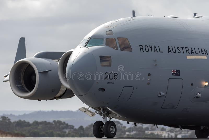 Królewskiego australijczyka siły powietrzne RAAF Boeing C-17A Globemaster III ładunku Wielki militarny samolot A41-206 od 36 eska obrazy royalty free