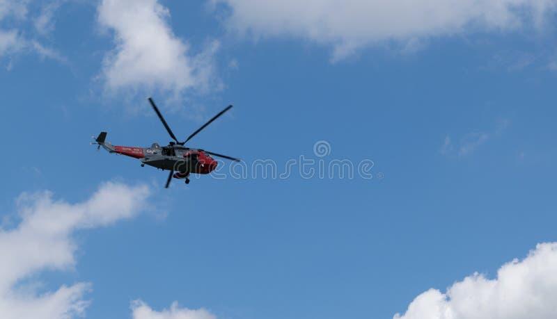 Królewskiej marynarki wojennej śmigłowcowy latanie above obrazy royalty free