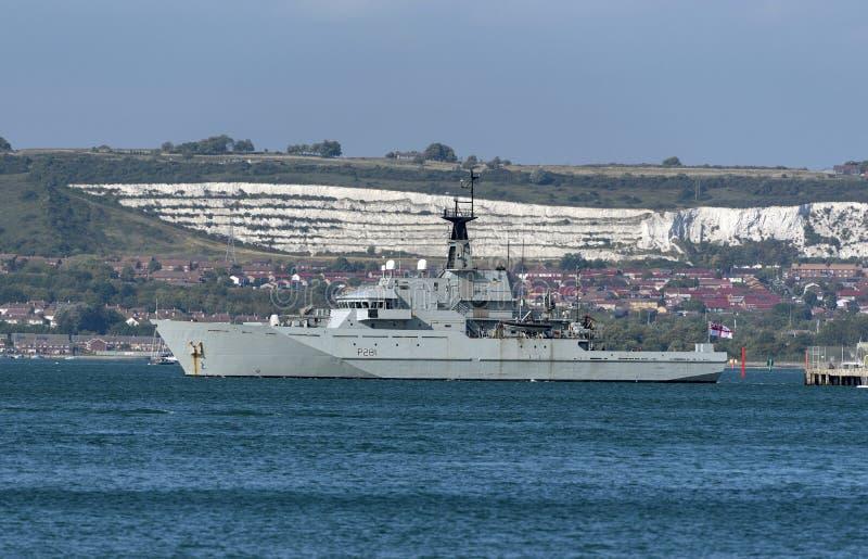 Królewskiej marynarki wojennej ochrony nabrzeżny naczynie odjeżdża Portsmouth UK zdjęcia stock