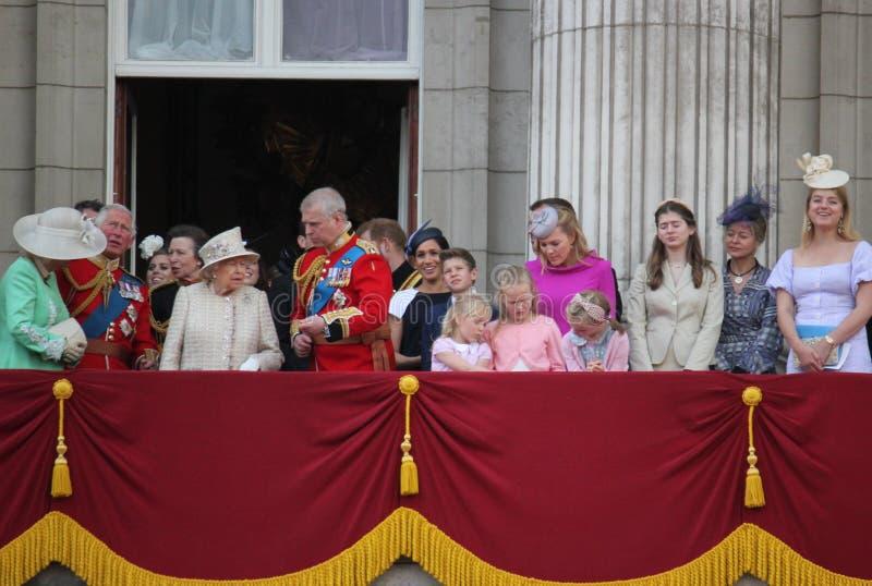 Królowa Elizabeth, Londyński uk, 8 2019 Czerwiec - królowa Elizabeth Gromadzi się colour rodziny królewskiej buckingham palace za zdjęcie stock