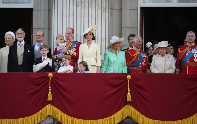 Królowa Elizabeth, Londyński uk, 8 2019 Czerwiec - królowa Elizabeth Gromadzi się colour rodziny królewskiej buckingham palace za zdjęcie royalty free
