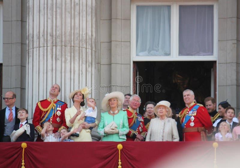 Królowa Elizabeth, Londyński uk, 8 2019 Czerwiec - królowa Elizabeth Gromadzi się colour rodziny królewskiej buckingham palace za fotografia royalty free