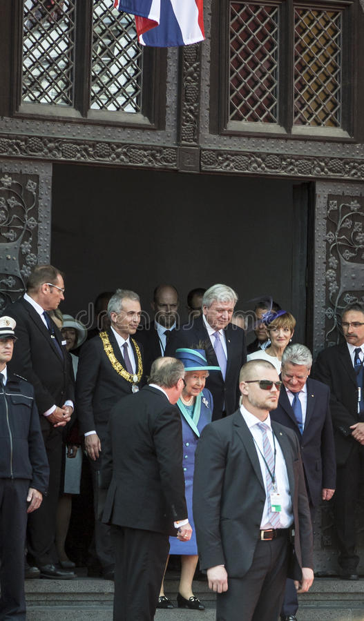 Królowa Elizabeth opuszcza urząd miasta w Frankfurt obrazy royalty free