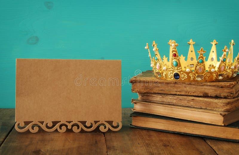 królowa, królewiątko korona na starej książce/ Rocznik filtrujący fantazja średniowieczny okres zdjęcia stock