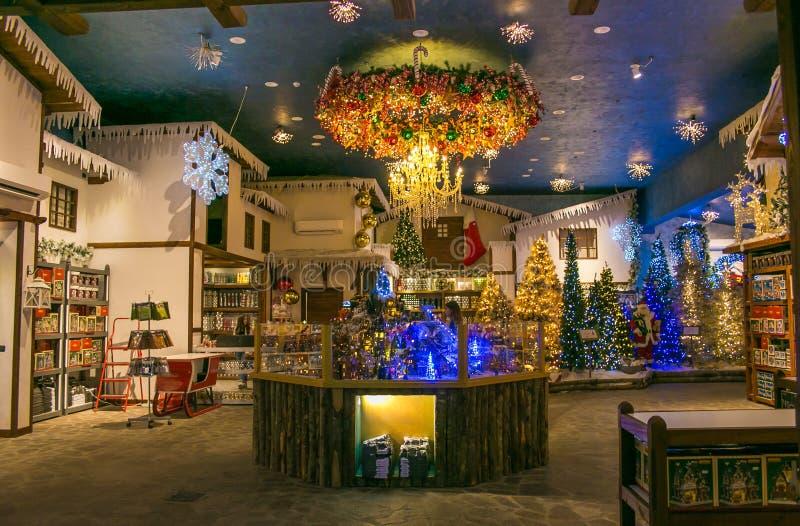 Królowanie Święty Mikołaj sklep z boże narodzenie artykułami obraz royalty free