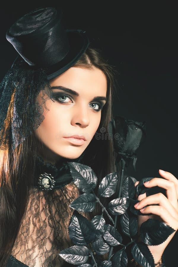 Królowej młoda kobieta trzyma czerni róży, Halloween przyjęcie 2017 obraz royalty free