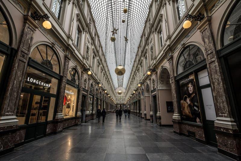 Królowej ` s przejście Passade Le Los angeles Reine w Królewskich galeriach Galeries Royales z Longchamp sklepem w przodzie fotografia stock