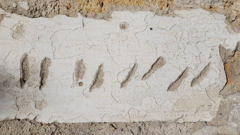 Krótcy pionowo i diagonalni narysy na starej obdrapanej stiuk ścianie ukazują się obraz royalty free