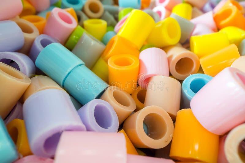 Krótcy plastikowi tubka kawałki brogujący na górze each inny Klingeryt jałowy i przetwarza pojęcie zdjęcie royalty free