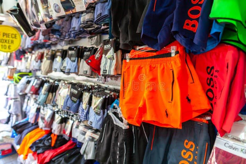 Krótcy spodnia różni gatunki wieszają w sklepie zdjęcie royalty free