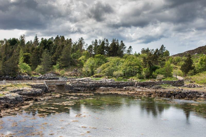 Krótki most nad zatoczką pod burzowym niebem, Szkocja obrazy royalty free