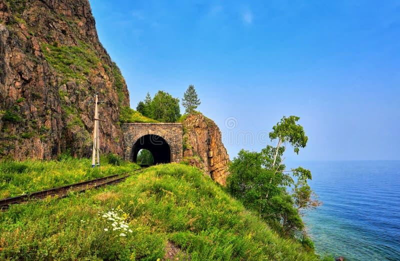 Krótki wyszukuje kolejowy tunel na jeziornym Baikal zdjęcie royalty free