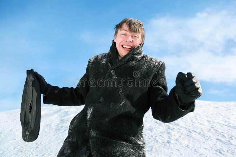 krótkiej skrzynka dzień mężczyzna stoi zima fotografia stock