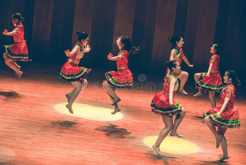 Krótkiej spódnicy tana Yi ludowy taniec fotografia stock