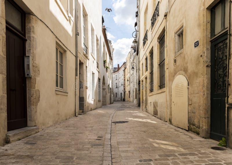 Krökt gränd i Orleans Frankrike royaltyfri fotografi