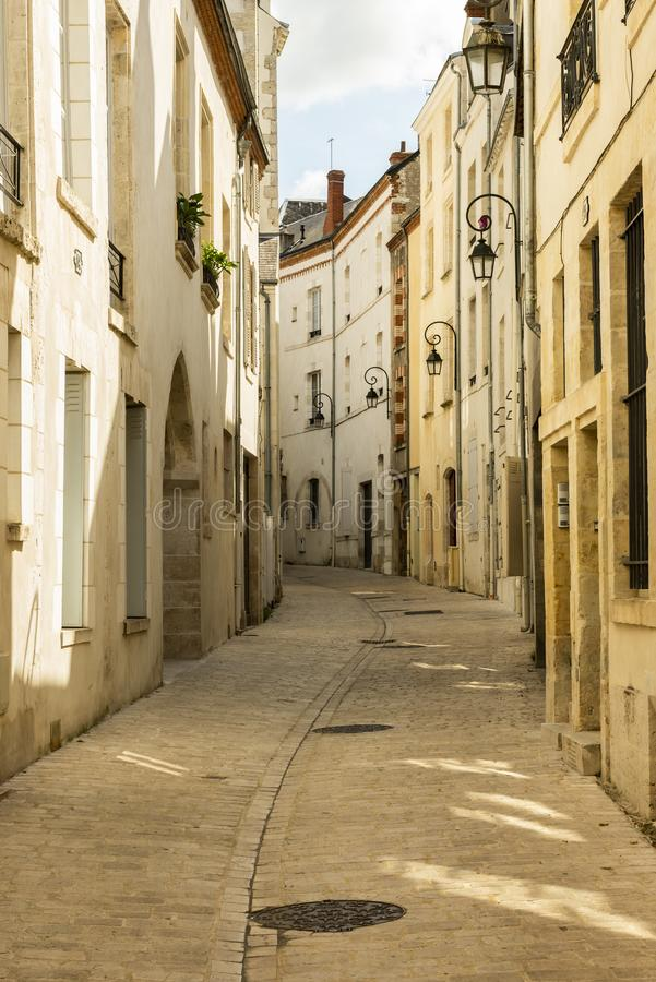 Krökt gränd i Orleans Frankrike arkivbild