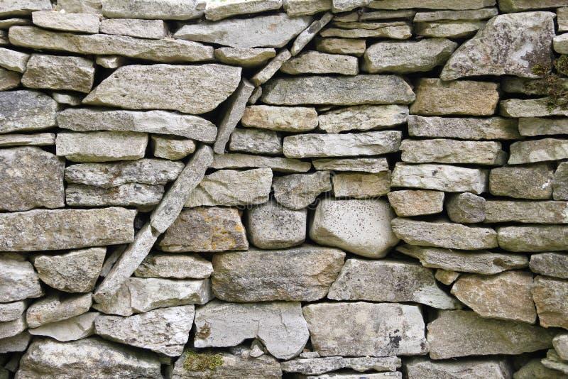 Krökt rund texturmodell i en vägg för torr sten arkivfoton