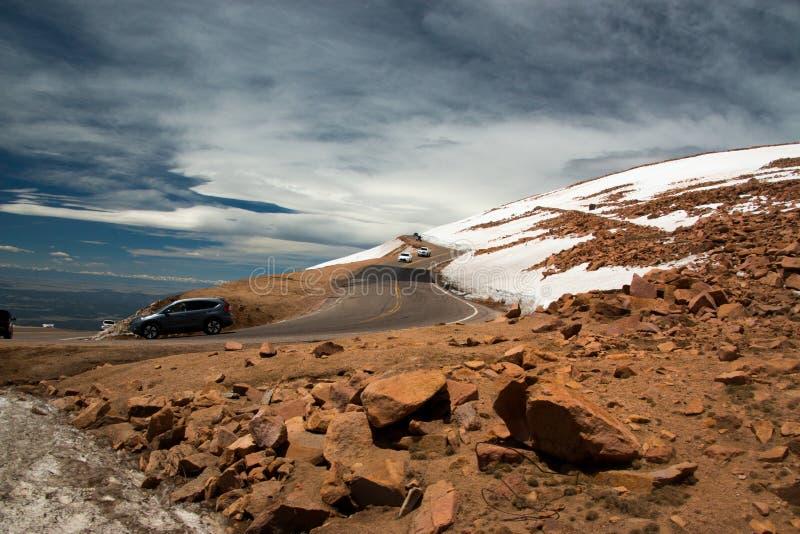 Krökt väg i bergen fotografering för bildbyråer