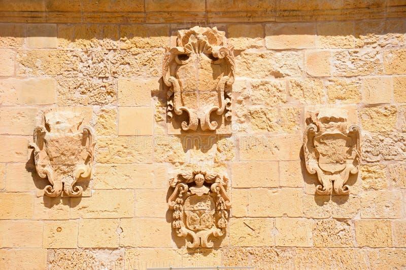 Kröna carvings på en vägg, Victoria, Gozo fotografering för bildbyråer