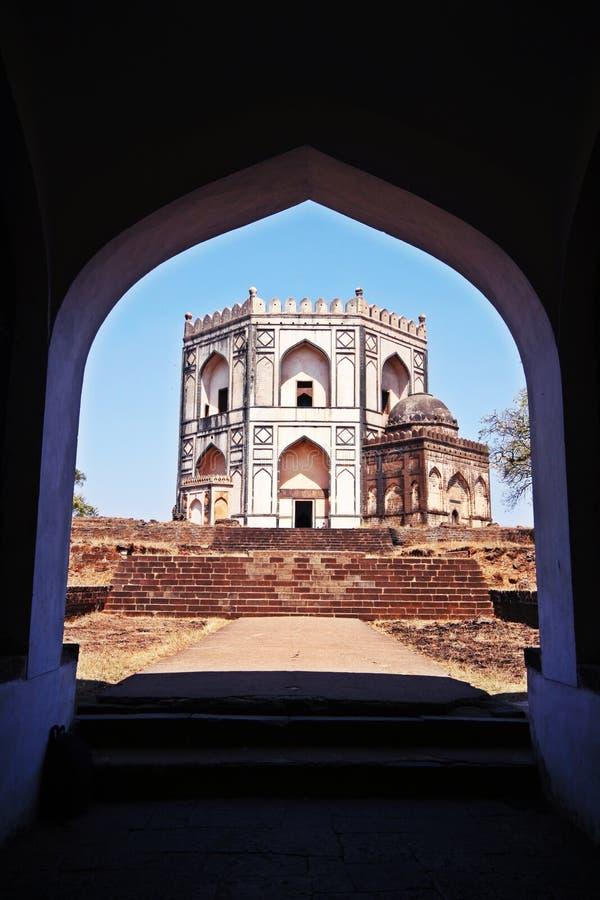 Kröna den formade Chaukhandi gravvalvet i Bidar, Indien royaltyfria foton