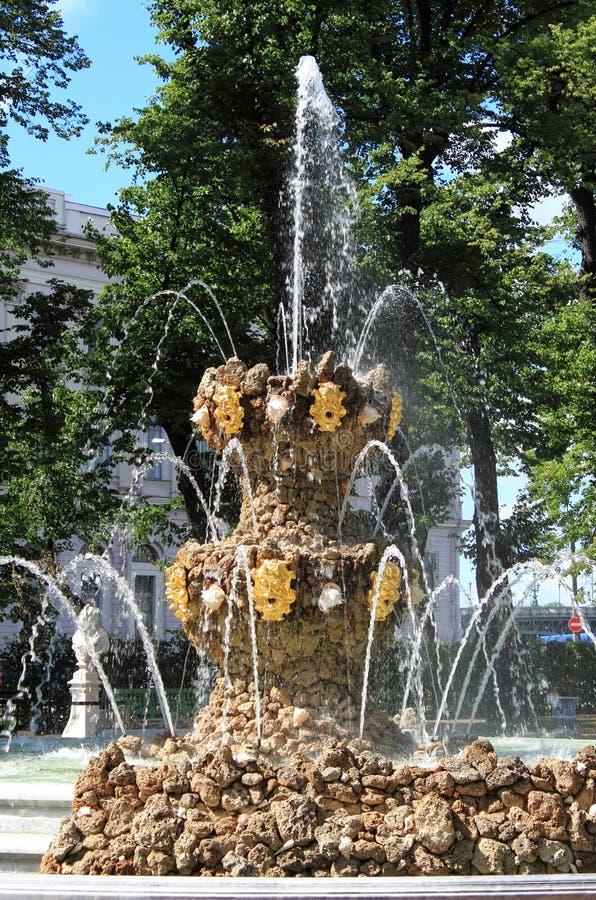 Kröna springbrunnen i sommarträdgården av St Petersburg arkivfoto