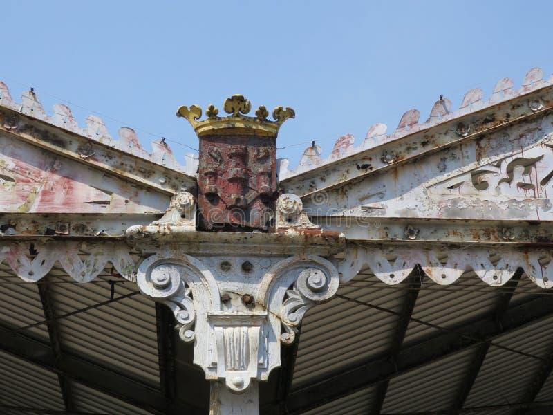 Krönen Sie auf dem Dach eines Hangar am Kai in Antwerpen stockfotografie