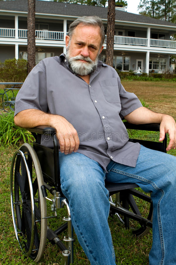 Krüppel im Rollstuhl stockbild